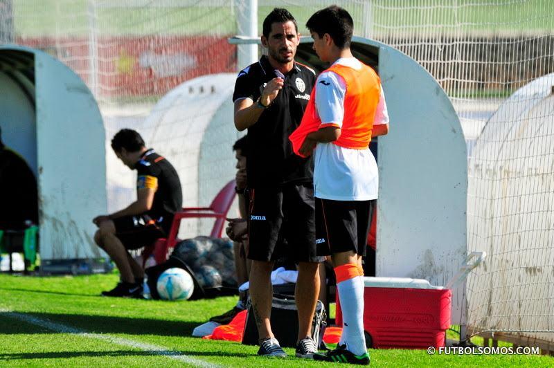 Rubén Mora da instrucciones a uno de sus jugadores | Foto: futbolsomos.com