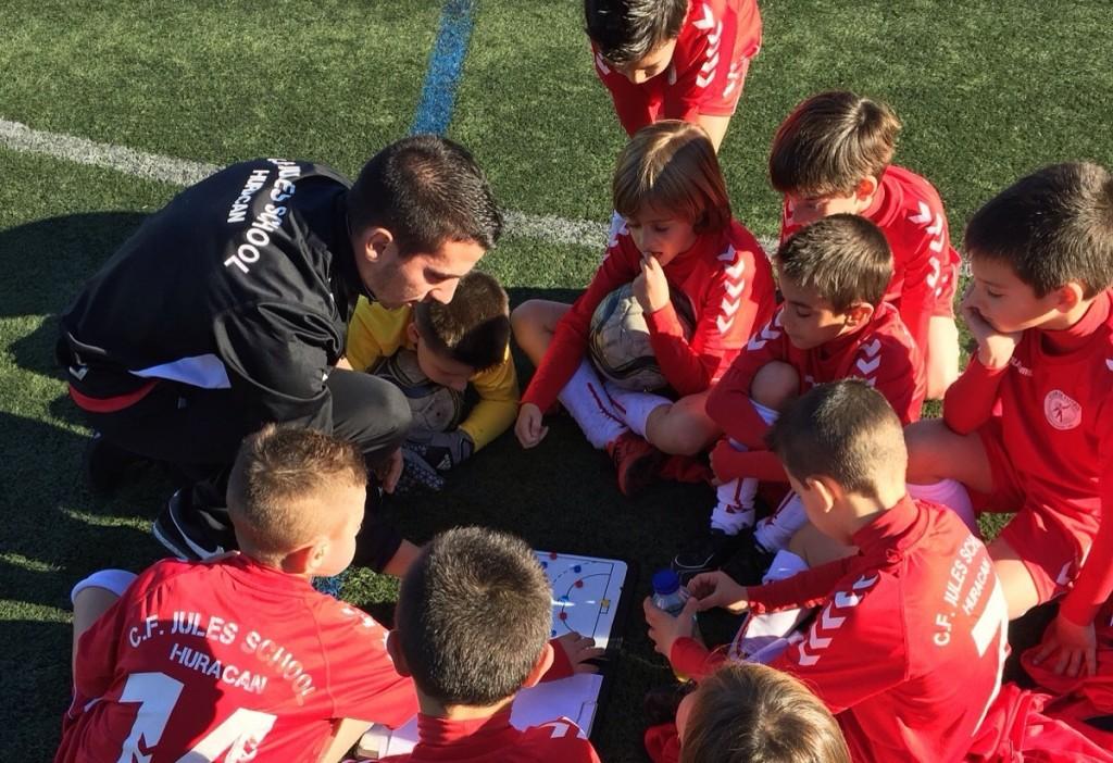 El Jules School atiende a su entrenador | Foto:  Alejandro Molina