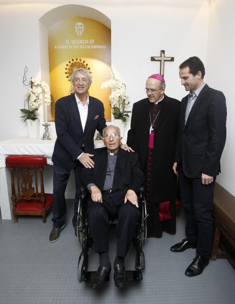 Juan Cruz, Monseñor Osoro y Fernando Giner, con Dos Elías en la capilla de Mestalla | Foto: Valencia CF
