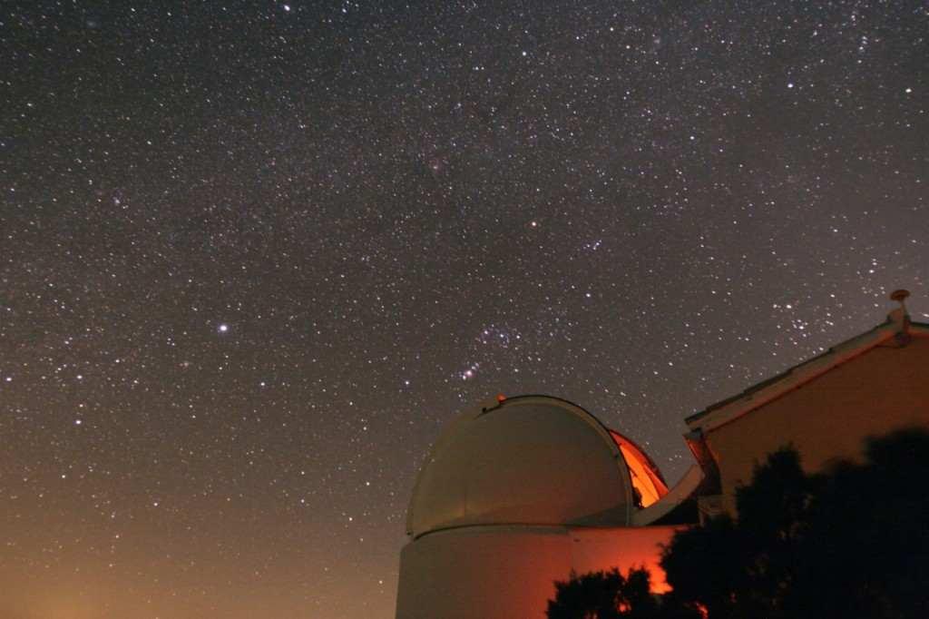 El observatorio de Aras de los Olmos por la noche   Foto: Universitat de Valencia