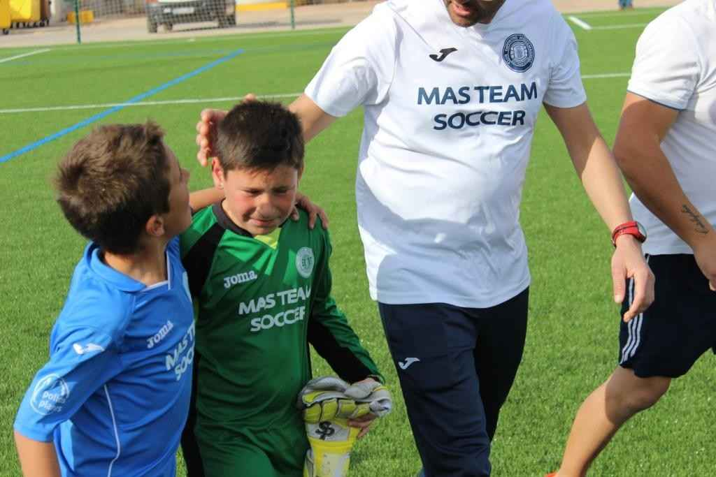Aitor se duele de la mano tras conseguir la victoria de su equipo | Foto: Sergi López