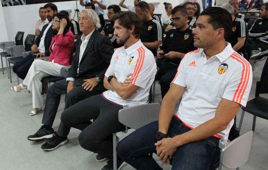 Mista, flanqueado por Juan Cruz (izquierda) y Cristian Toro (derecha)   Foto: Paco Polit