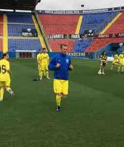 Gica Craioveanu en el calentamiento con el Villarreal CF