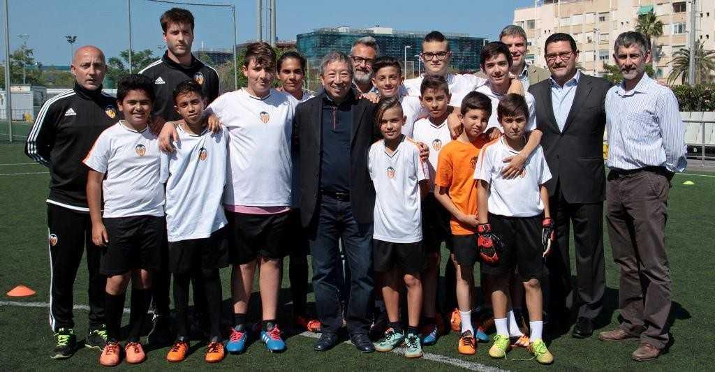 Ser Miang Ng visitó a los chicos de Escuelas Cor Blanquinegre | Foto: Juan Catalán / FVCF