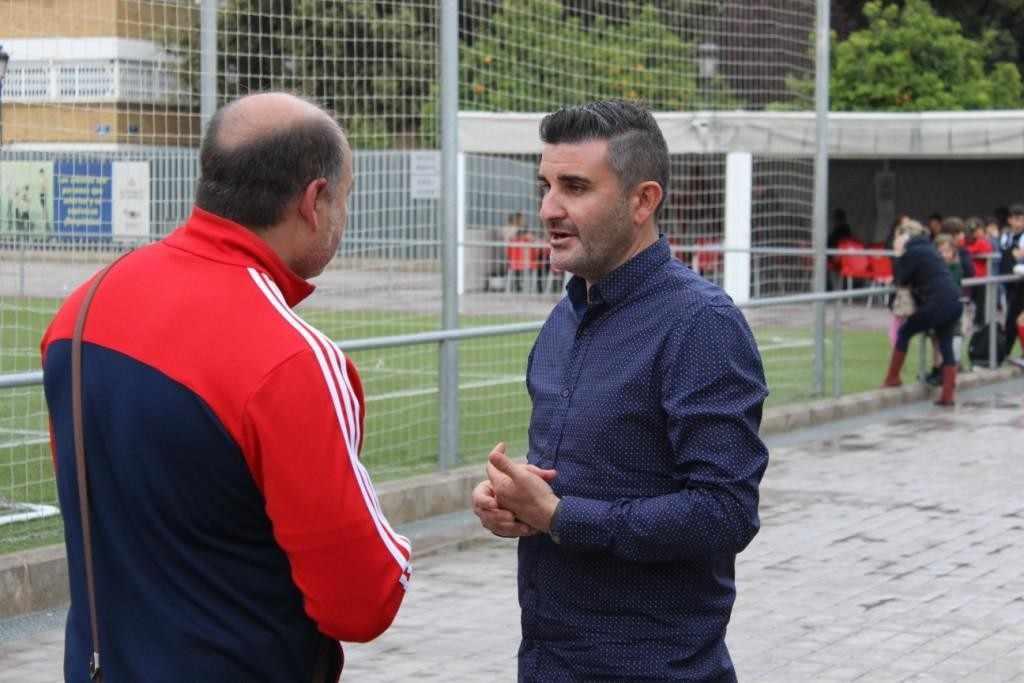 Javier Sáez (derecha) habla con uno de los técnicos | Foto: Paco Polit