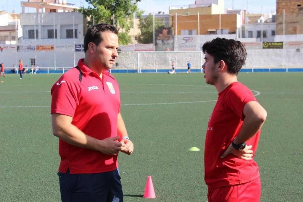 Villegás (izquierda) conversa con uno de los técnicos | Foto: Paco Polit