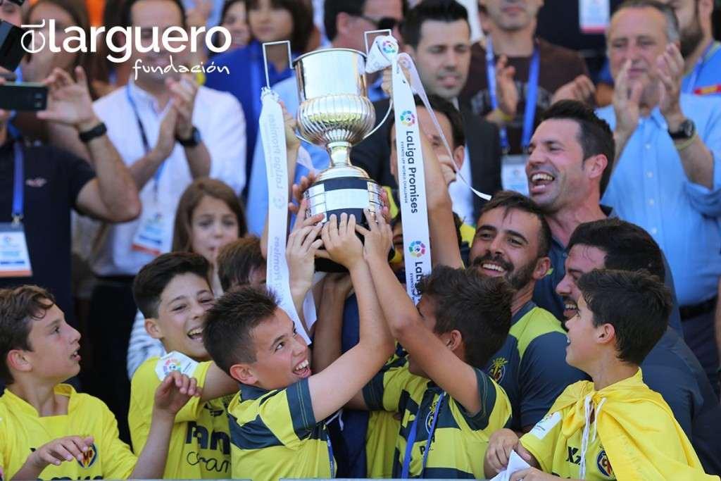 El Villarreal alza el trofeo | Foto: Fundación El Larguero