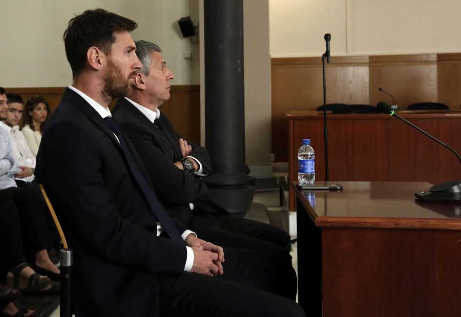 Messi y su padre, en el juzgado | Foto: Alberto Estévez / EFE
