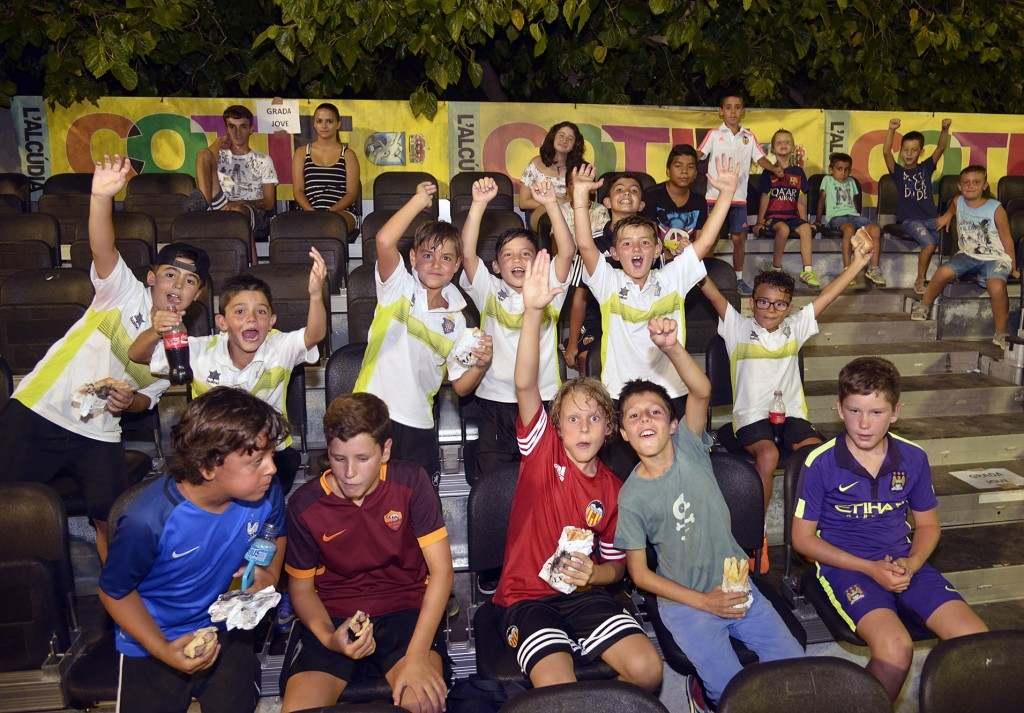 Los más pequeños disfrutan viendo a los sub-20 | Foto: David Pascual (COTIF)