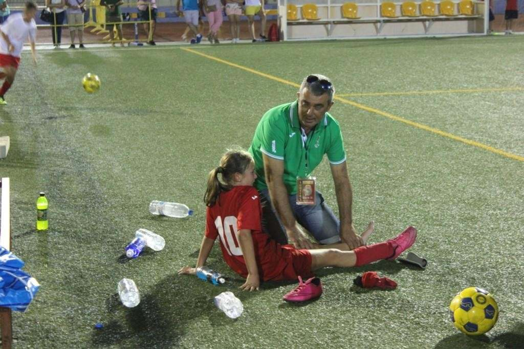 Núria recibe las atenciones de Elpidio Rodríguez tras caer lesionada | Foto: Paco Polit