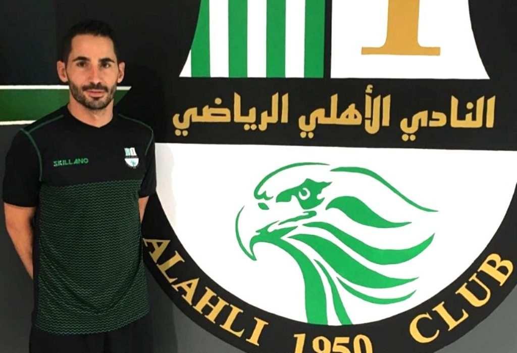 Rubén Mora, con el escudo de su nuevo club | Foto: Al Ahin SC