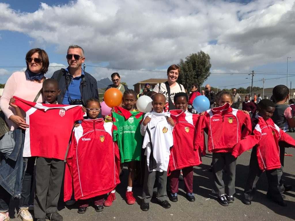 Jugadores sudafricanos con las equipaciones del CF Malilla | Foto: Alicia Chover