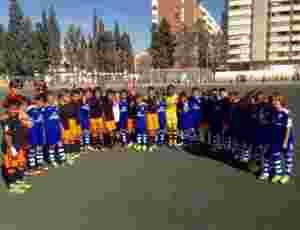 Jugadores del CF San José y Valencia CF posan tras un partido | Foto: CF San José