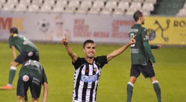 Víctor Pino, tras anotar un tanto | Foto: CD Castellón