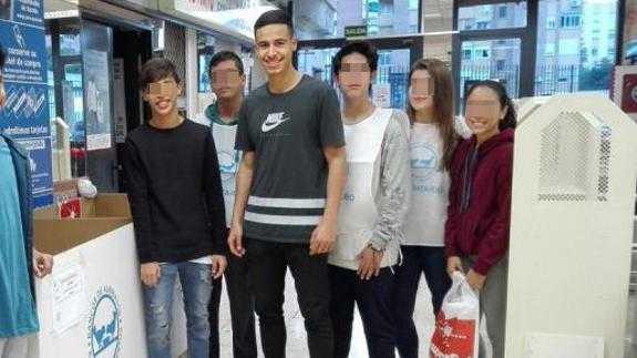 El joven, en el centro, había participado el pasado viernes en una campaña de recogida de alimentos | Foto: Voluntariado UMA
