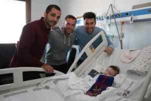 Casadesús, Verza y Pedro López con uno de los menores ingresados en el Dr. Peset | FOTO: Club