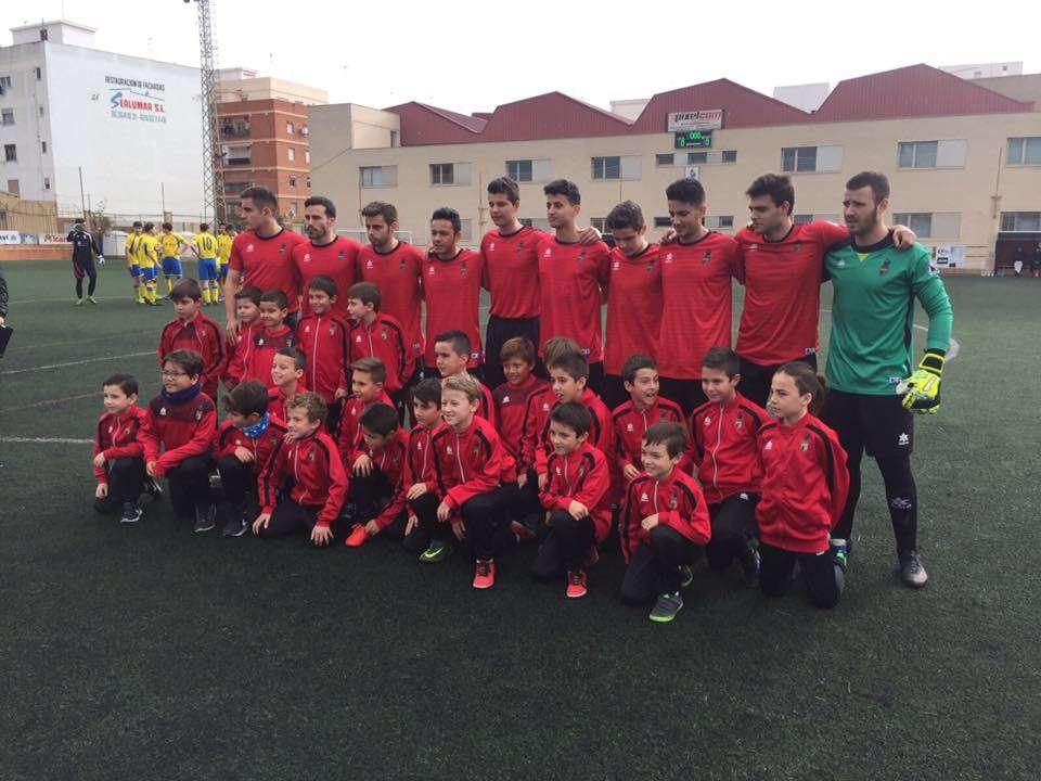 Jugadores del Juvenil 'A' de Alboraya junto a jugadores de las categorías inferiores | Foto: Alboraya UD