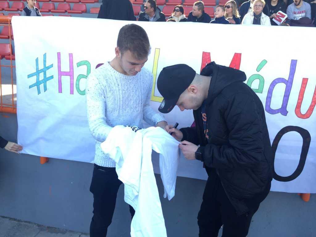 Salva Delhom firma a Lato una de las camisetas del evento | Foto: Eva Romero