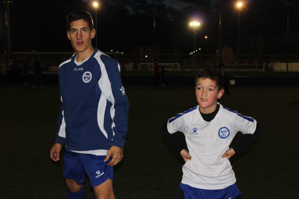 Sergio y Héctor estirando tras el entrenamiento | Foto: Ángel Ferrer