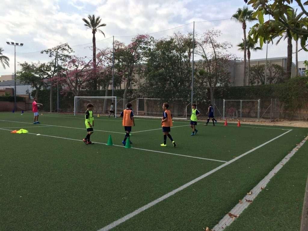 Uno de los campos de fútbol-8 en el colegio | Foto: CD Caxton College