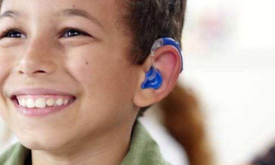 niño-audifono