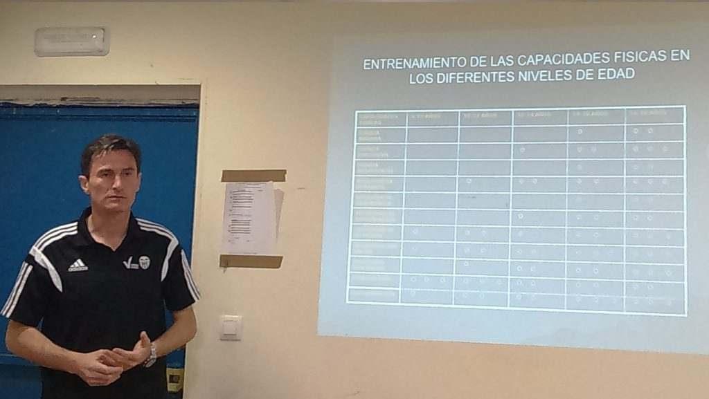 Luis Pascual, durante la ponencia | Foto: FFCV