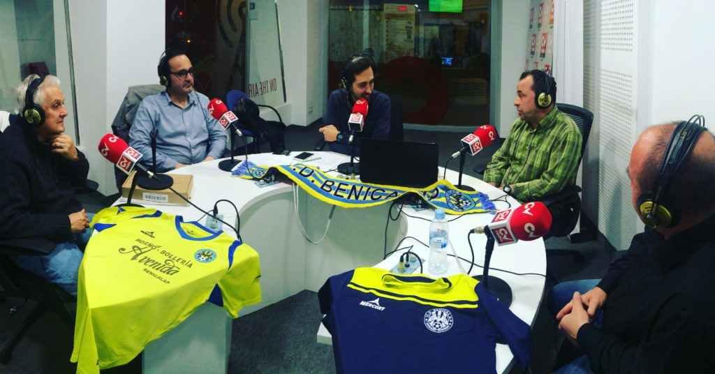 Parte de la directiva del UD Benicalap con sus colores emblemáticos | Foto: Ángel Ferrer