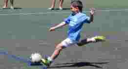 Un estudio confirma que los niños que juegan al fútbol mantienen mejor la atención