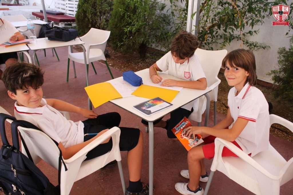 Los jugadores haciendo los deberes antes de entrenar | Foto: Cambridge Black Cats