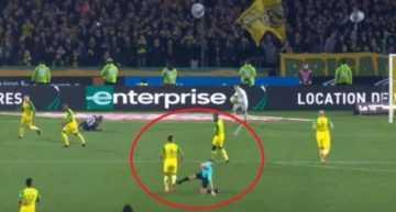 VÍDEO: Un árbitro francés 'enloqueció' transitoriamente, soltó una patada y expulsó a un jugador… ¡por no hacer nada!
